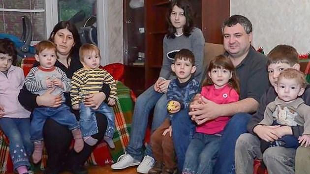 Семейството с отнетите 11 деца от Русе:  Ще празнуваме с три тави баници!