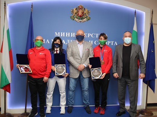 Кралев награди Илина Иванова за бронзовия медал от европейското по таекуондо
