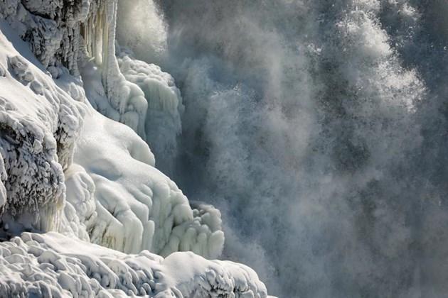 Лед скова Ниагарският водопад (Фотогалерия)