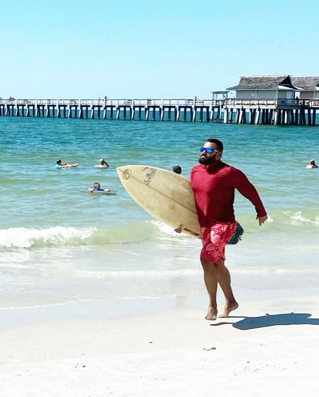 Азис подкара сърф