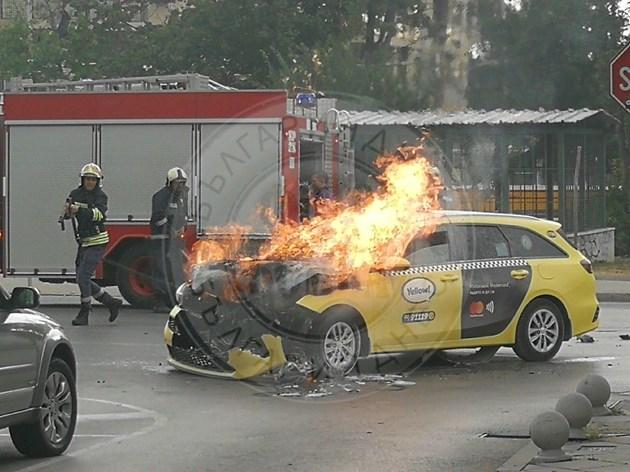 Такси стана факла след удар в трамвай