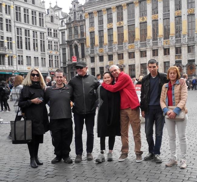 Елица и Адам с американските й родители Джанис и Гари, българския си брат Руфи, баща си Мехмед и съпругата му Зютие в Брюксел, където стана първата им среща.