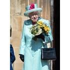 Ето какво крие в чантичката си кралица Елизабет Втора