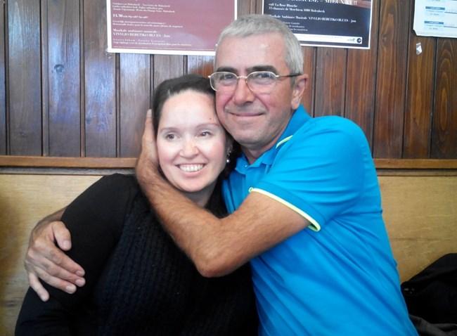Щастливият татко прегърна за първи път дъщеря си след 1987 г.