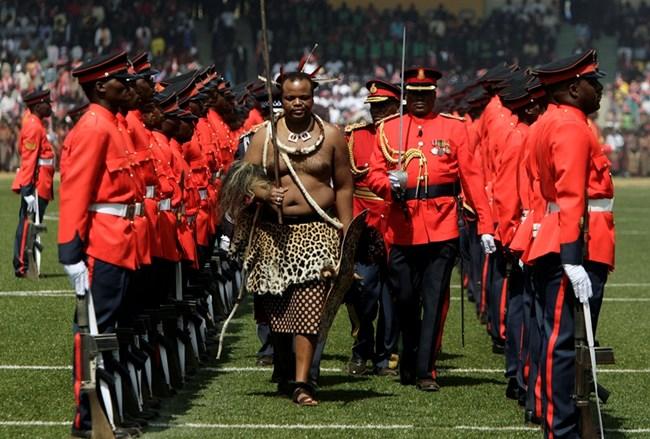 Крал Мсвати III, облечен в традиционни одежди, инспектира военния шпалир на официално събитие край Мбабане.