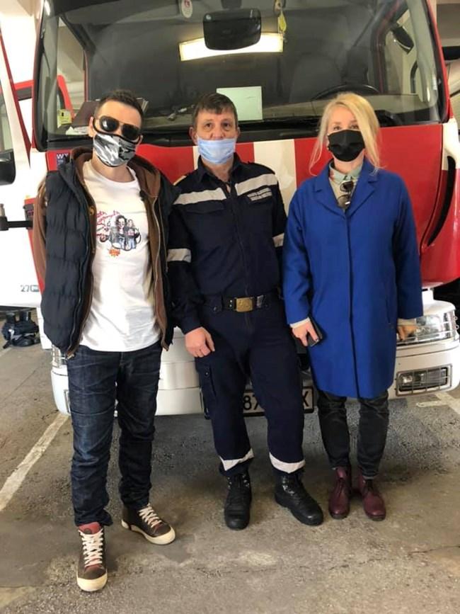 Актьорът с истинския  пожарникар Георги Джамбазов и  сценаристката Милена Фучеджиева СНИМКА: ФЕЙСБУК