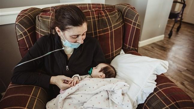 Бременна с Covid-19 ражда в кома. Ето първата й среща с бебето след 3 месеца (Видео)