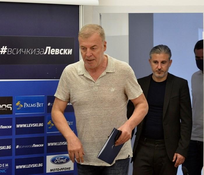 Наско Сираков проведе среща с играчите в съблекалнята преди тренировката в петък. СНИМКА: ЙОРДАН СИМЕОНОВ