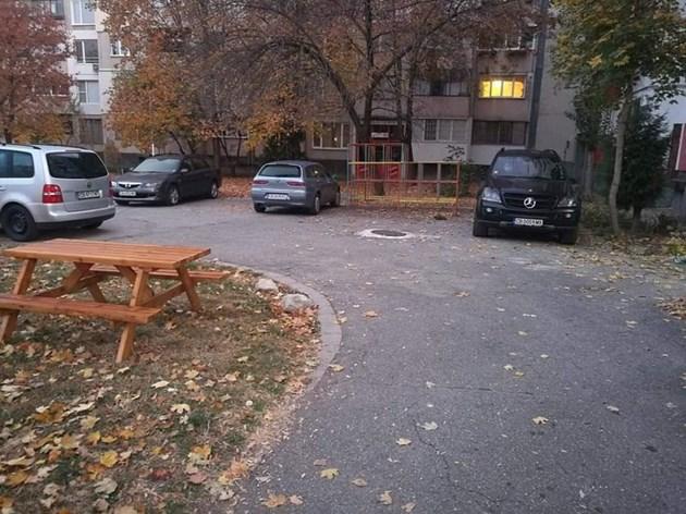 Шофьори паркират на детска площадка