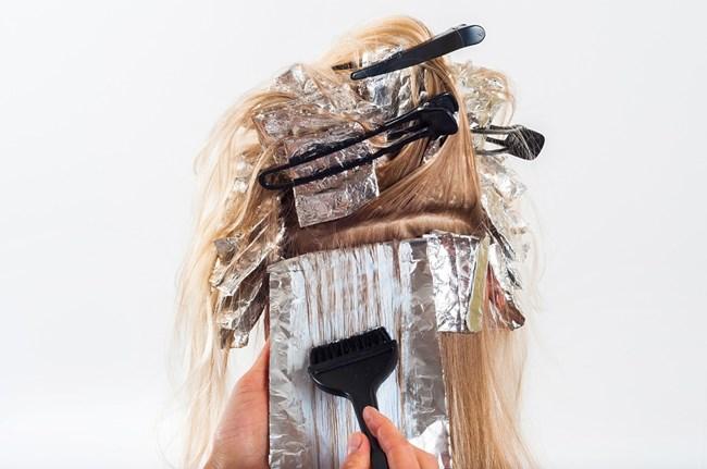 Много бъдещи майки се тревожат, че козметичните продукти като лака за нокти или боята за коса могат да навредят на плода.