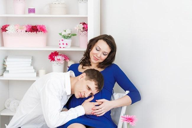 Показвайте привързаност към бременната си половинка.