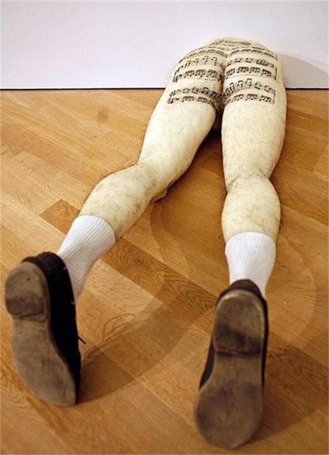 Половин тяло също е скулптура - стърчащите от стената восъчни мъжки задник и крака си нямат заглавие. Така е решил авторът Робърт Гобер.