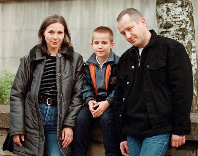 Наум като малък с майка си Мариана Станишева и баща си Христо Шопов, снимка: личен архив