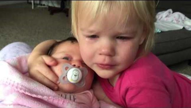 Новородено помага на своята по-голяма сестричка да спре да плаче (ВИДЕО)