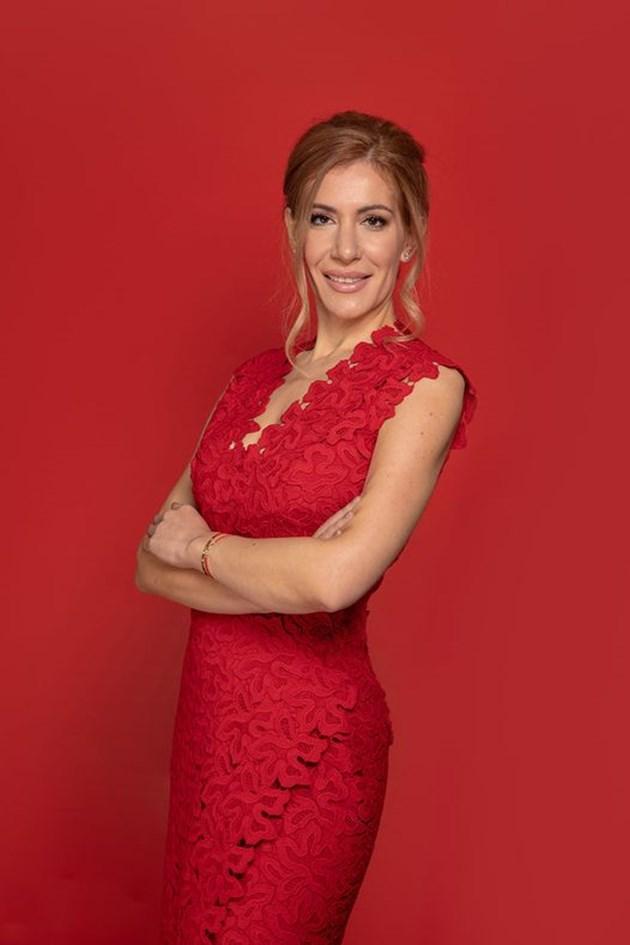 Ангелкова грейна на рождения си ден във Фейсбук с червена рокля