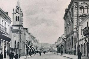 """Входът на хотел """"Русия"""" (вдясно), в който отседнал Вазов по време на първото си посещение във Варна."""
