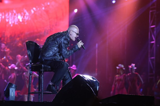 Слави Трифонов пее под дъжда по време на големия си концерт на националния стадион в петък.