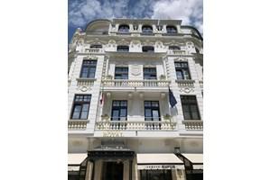 """В историята на възобновения в стил френски сецесион хотел """"Роялъ"""" има мистерия. Според официалната информация той е построен през 1905 г. по проект на инж. Никола Лазаров, но според изследователя Християн Облаков автор на сградата е арх. Дабко Дабков и тя е направена през 1921 г."""