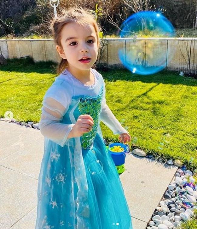 Кати на рождения си ден, облечена като принцеса
