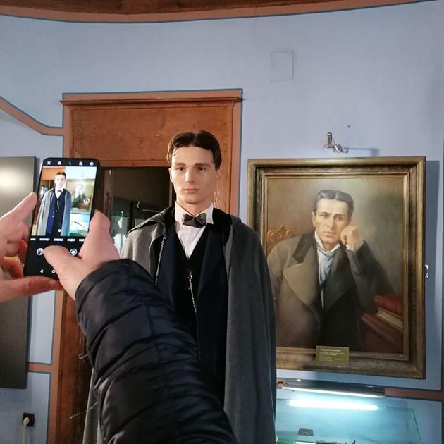 Млад актьор влиза в дрехите на Тодор Каблешков