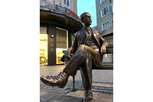 Статуята на арх. Дабко Дабков е на главната пешеходна артерия във Варна.