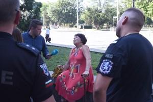 Полицаи отвеждат възрастната жена в първо районно СНИМКИ: Велислав Николов