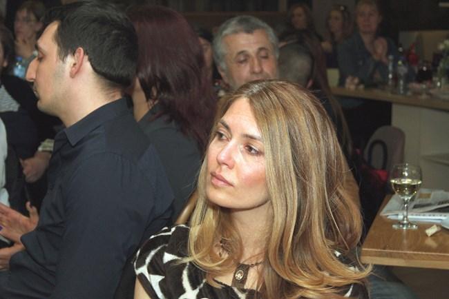 Сълзи се стичат по лицата на гостите, докато Силвия Лулчева говори