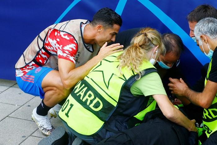 Кристиано Роналдо се извинява на стюард, който просна на земята с удар при загрявката в Берн.