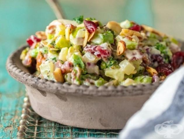 Броколи салата с бадеми, боровинки и червен лук