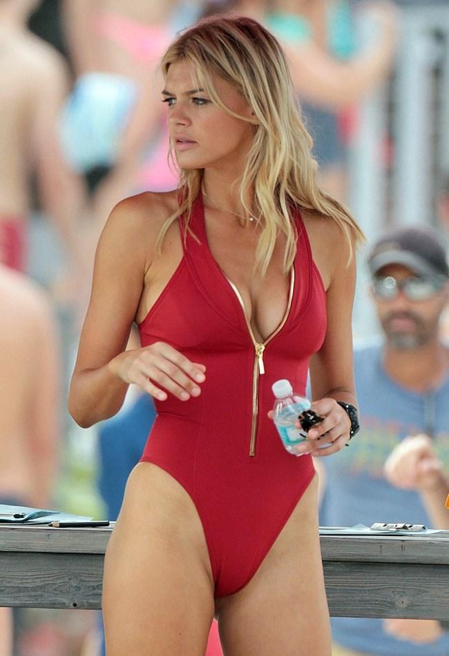 """Кели Рорбах преправя 10 пъти банския си за """"Спасители на плажа"""""""