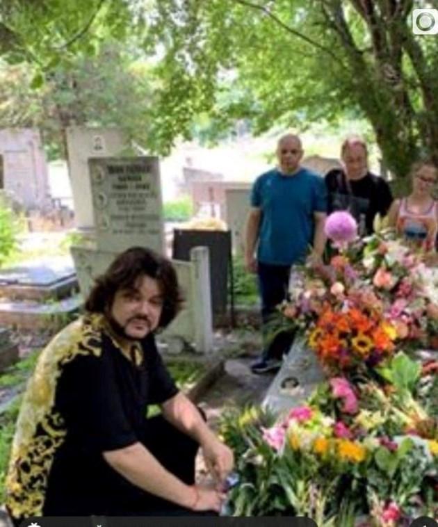 Киркоров отрупа гроба на майка си с цветя