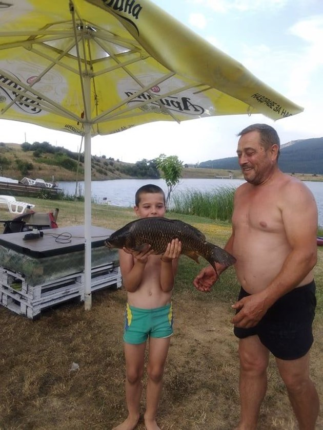 Кристиан Иванов усвоява знания как се ловят едри шарани