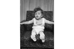 Почти бебе, Рачков позира във фотостудио.
