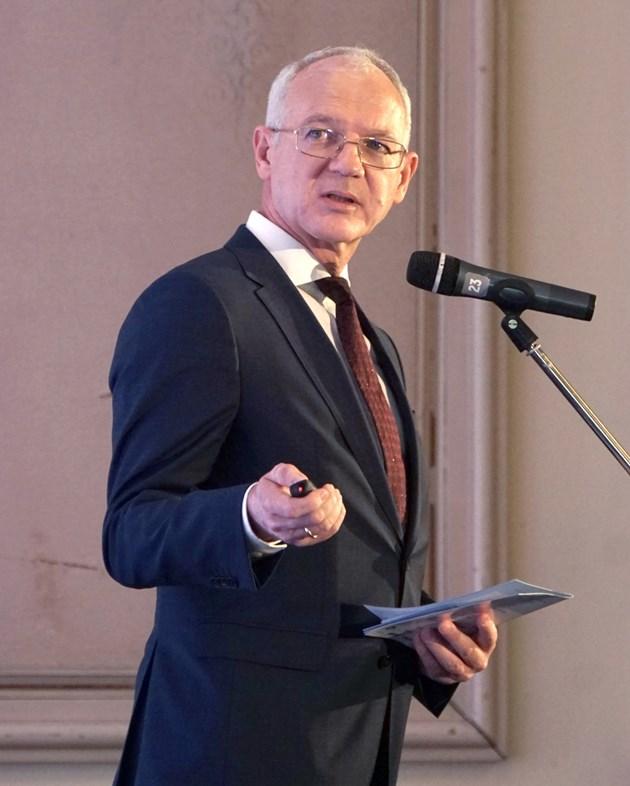 Васил Велев: Недомислица е да се плаща 100% възнаграждение на хора, които не работят