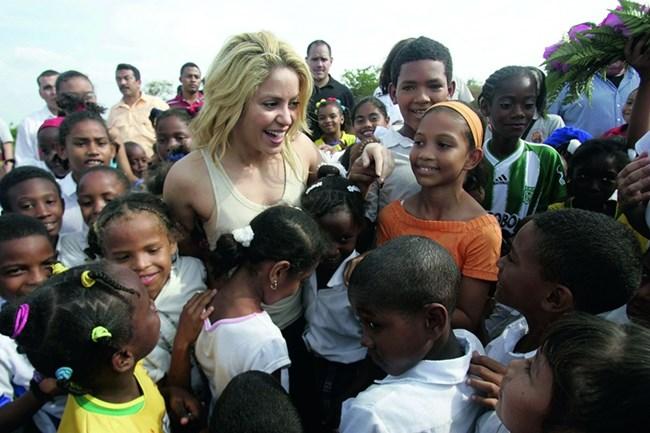 с деца, на които нейната фондация помага
