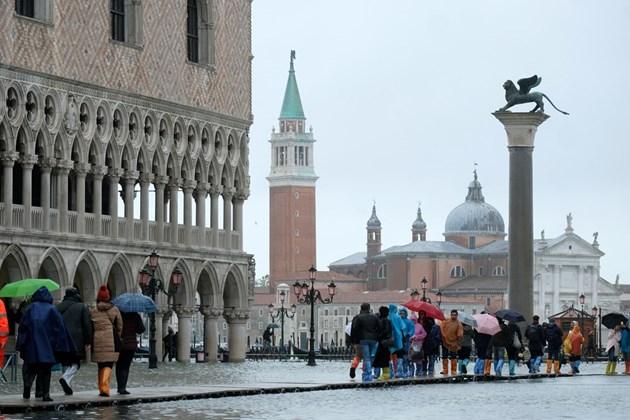 Високата вода заля Венеция (Снимки)