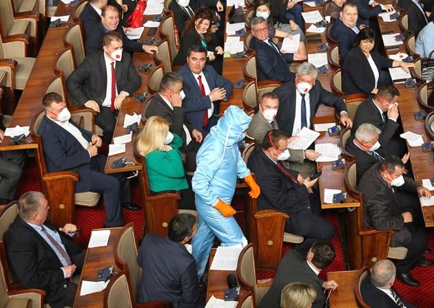 Безпрецедентни мерки за сигурност в парламента.