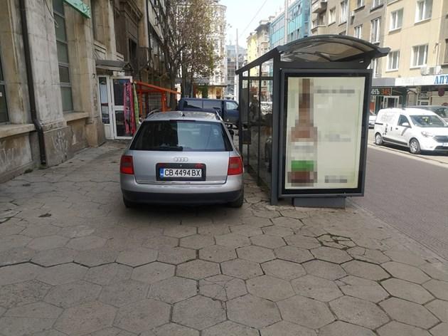 Автомобил паркира зад трамвайна спирка