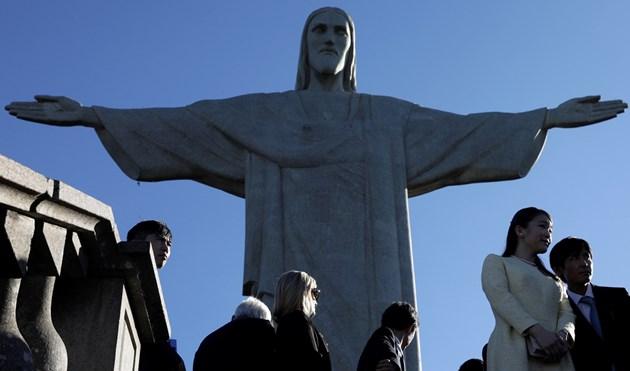 Бенчо вдига статуя, копие на Христос от Рио