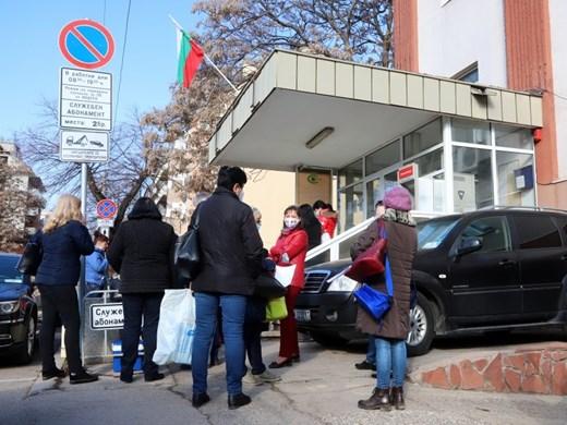 Опашка от лични лекари за ваксини пред РЗИ-София