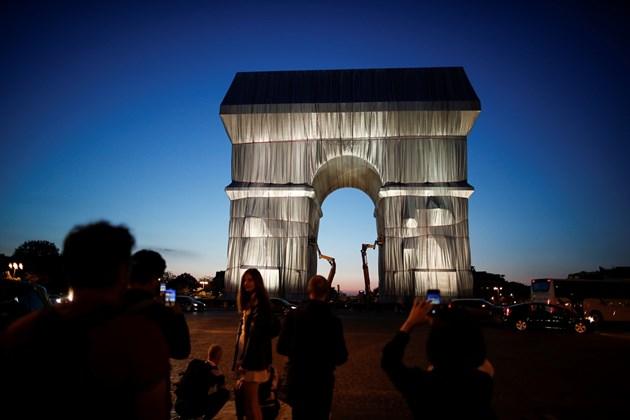 Опакованата Триумфална арка в Париж Снимки: Ройтерс