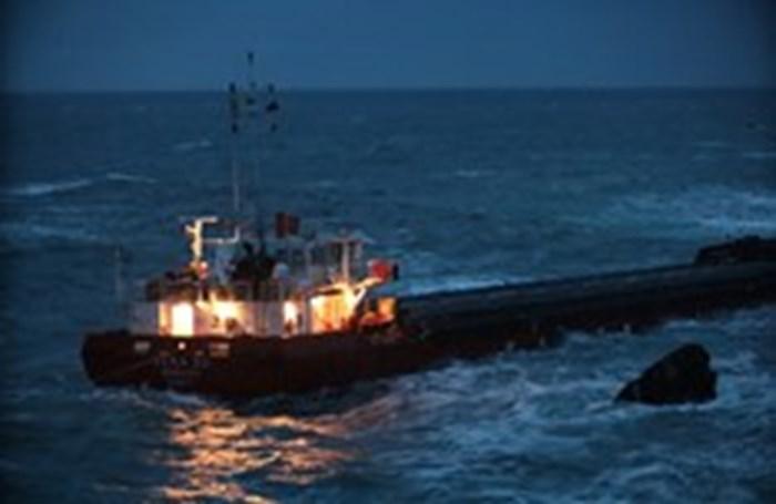Корабът всеки момент може да потъне на метри от Камен бряг.