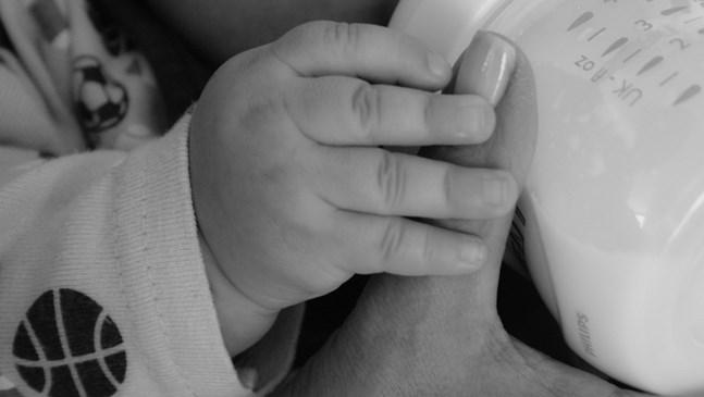 Какво не бива да казвате на майката, която храни бебето си с адаптирано мляко