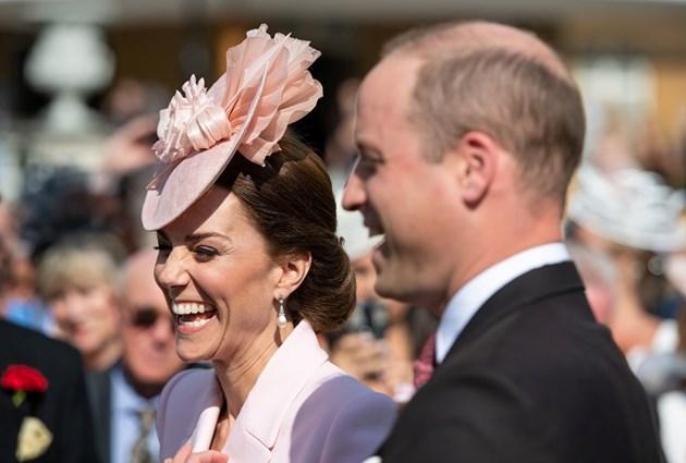 Кралица Елизабет Втора и херцозите на Кеймбридж на традиционното Чаено парти (Снимки)