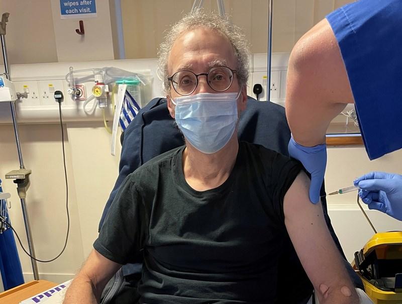 Журналистът на агенция Ройтерс Стив Стеклоу участва в клинично изпитване на експерименталната ваксина в Лондон, Великобритания.