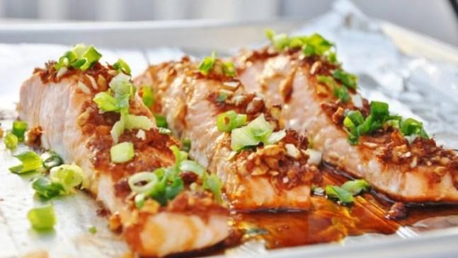 Сьомга със соев сос, мед и броколи