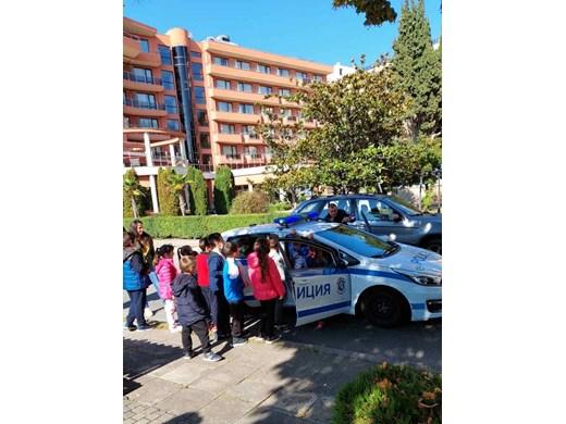 Полицаи учат първокласници в Несебър как да пресичат правилно