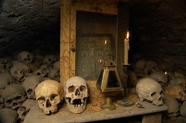 В подземията на манастира се пазят черепи на починали монаси, служили в него.