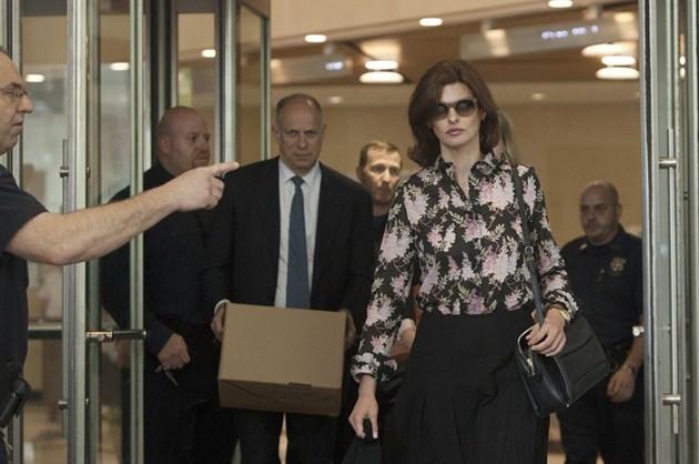 Топмоделът Линда Еванджелиста излиза от съда в Ню Йорк по време на делото за издръжка, което водеше срещу бащата та детето си.