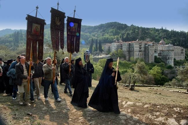 Поклонници изнасят иконата на свети Георги за деня на светеца 6 май.